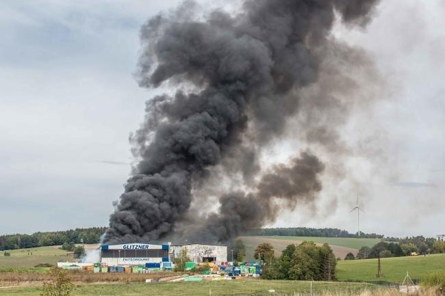 Nach Brand in Müll-Firma: Veterinäramt warnt vor Verzehr von Eiern aus Freilandhaltung in Schneidenbach