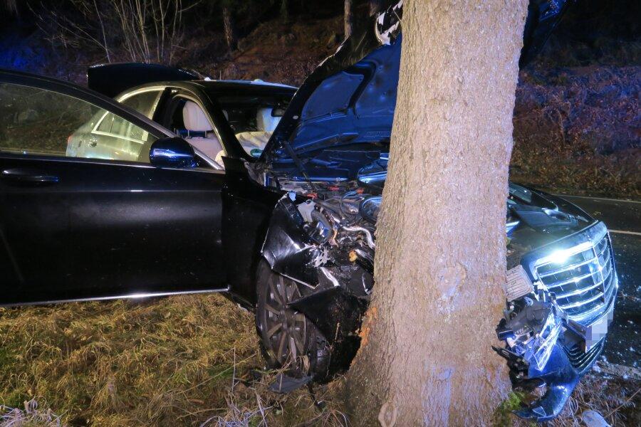 Mercedes Maybach kracht gegen Baum - Drei Schwerverletzte