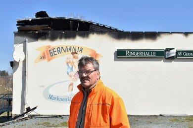 Immer noch geschockt: Vereinsvorsitzender Jens Berndt vor der zerstörten Ringerhalle.