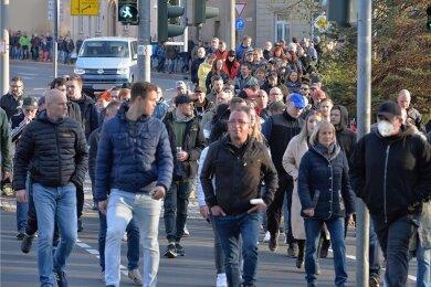 Rund eine Stunde lang zogen mehr als 800 Menschen aus Protest gegen die Corona-Regeln am Montagabend durch Freiberg.