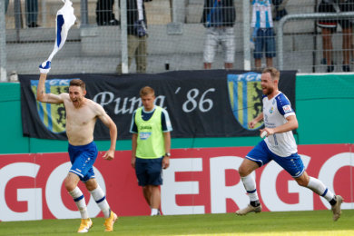 Der Chemnitzer Christian Bickel (links) bejubelt sein Tor zum 2:1.