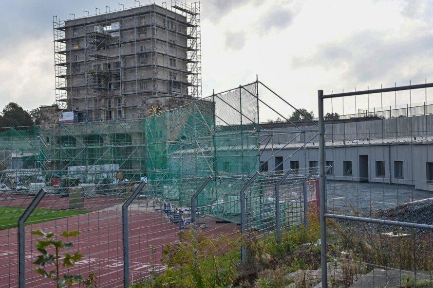 Seit eineinhalb Jahren laufen die Sanierungsarbeiten im Hauptstadion des Sportforums. Zuletzt wurde die denkmalgeschützte Gebäudehülle des Marathonturmes in Angriff genommen. Die Roharbeiten dort sollen bis Jahresende abgeschlossen sein.