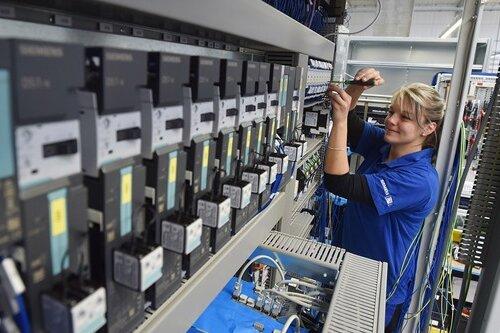 Hat bereits ihren neuen Arbeitsplatz in Besitz genommen: Mitarbeiterin Stefanie Herold bei Montagearbeiten an einem Schaltschrank.