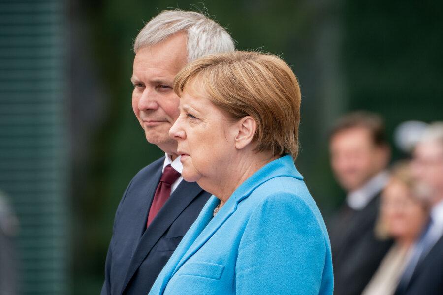 Bundeskanzlerin Angela Merkel (CDU) empfängt Finnlands neuen Ministerpräsidenten Antti Rinne mit militärischen Ehren vor dem Bundeskanzleramt.
