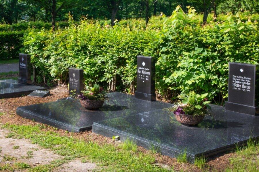 Die neu gestalteten Gräber der gefallenen Falkenauer auf dem örtlichen Friedhof.