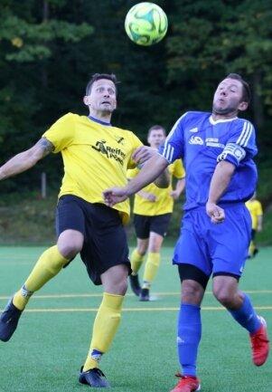 Klare Sache: Der SV Auerhammer um Jan Schmutzler (l.) siegte gegen Crottendorf - im Bild Benjamin Walde - mit 4:0.