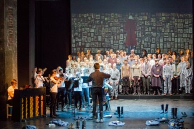 """Eine Szene aus der Premiere des Musiktheaterprojektes """"Spiel des Grauens"""" im Eduard-von-Winterstein-Theater in Annaberg-Buchholz."""
