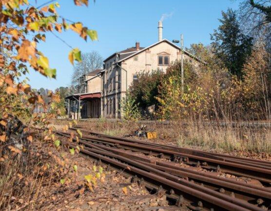 Das Bahnhofsgebäude in Rochlitz ist längst in privater Hand. Vor fast zwei Jahrzehnten hat der letzte Bahnreisende die Halle durchschritten. Künftig könnten hier zumindest wieder Züge halten und Fahrgäste aus- und einsteigen.