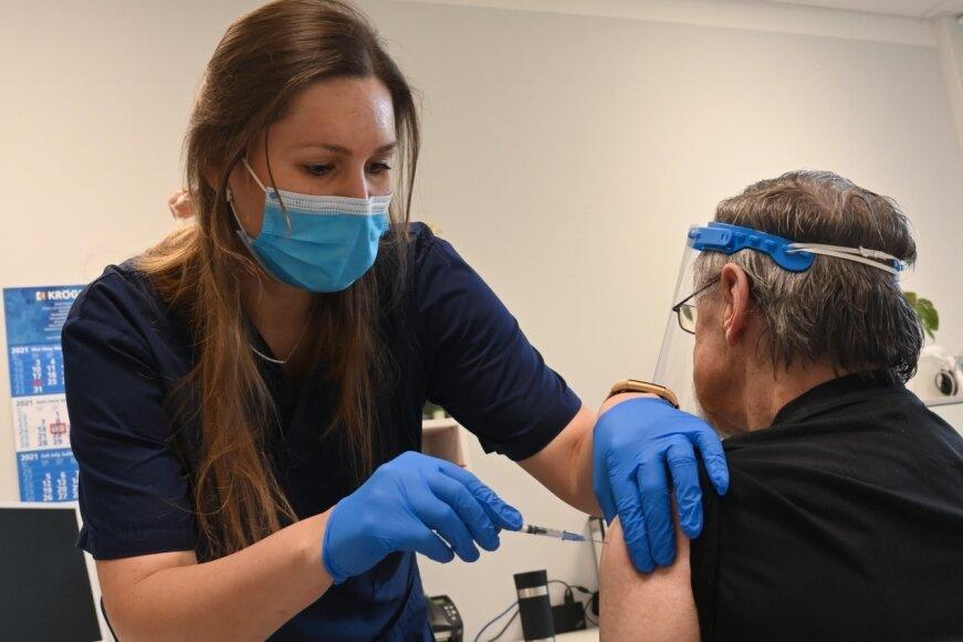 Internistin Dr. Annekathrin Ubl impft in der Praxis von Dr. Kerstin Merten im Heckert-Wohngebiet einen Patienten gegen das Coronavirus. Generell wird in der Praxis zumeist an zwei Tagen in der Woche geimpft. Noch immer gibt es nicht genug Impfstoff von Biontech.