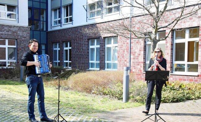"""Sylke Blum und Nico Tippelt von der Kreismusikschule """"Clara Wieck"""" haben am Dienstagnachmittag vor der Werdauer Pleißentalklinik musiziert."""
