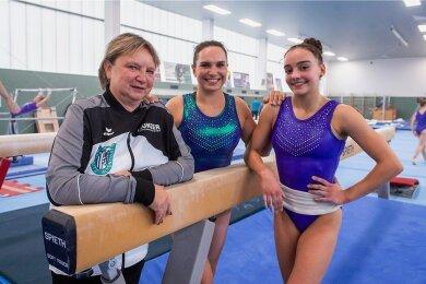Trainerin Gabi Frehse mit den Chemnitzer Turnerinnen Sophie Scheder und Lisa Zimmermann, (v. l.) die zum deutschen Kader für die Olympischen Spiele in Tokio gehören.