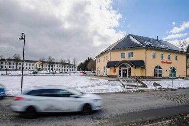 Alt und neu in trauter Nachbarschaft: Das weiße Gebäude hinten ist das derzeitige Rathaus von Johanngeorgenstadt, das aufgegeben werden soll. Die Verwaltung soll in die ehemalige Sparkasse vorn an der Straße einziehen.