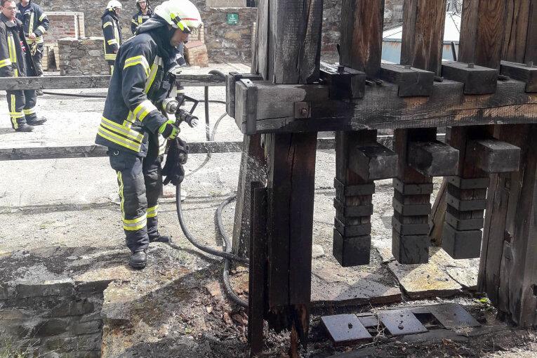 Holzdenkmal in der Saigerhütte Olbernhau brennt