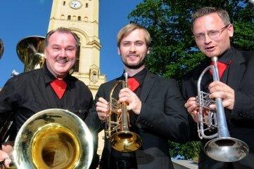Das Ensemble C-Brass spielt Samstag vom Kirchturm der Augustusburger Stadtkirche.