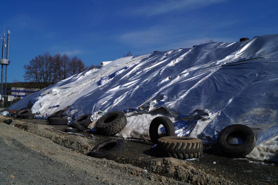 Beschädigtes Schneedepot in Vogtland-Arena Klingenthal