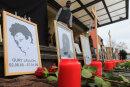 n einem Bild des Asylbewerbers Oury Jalloh (l) sind vor Beginn einer Demonstration zu seinem zehnten Todestag 2015 Blumen und Kerzen aufgestellt.