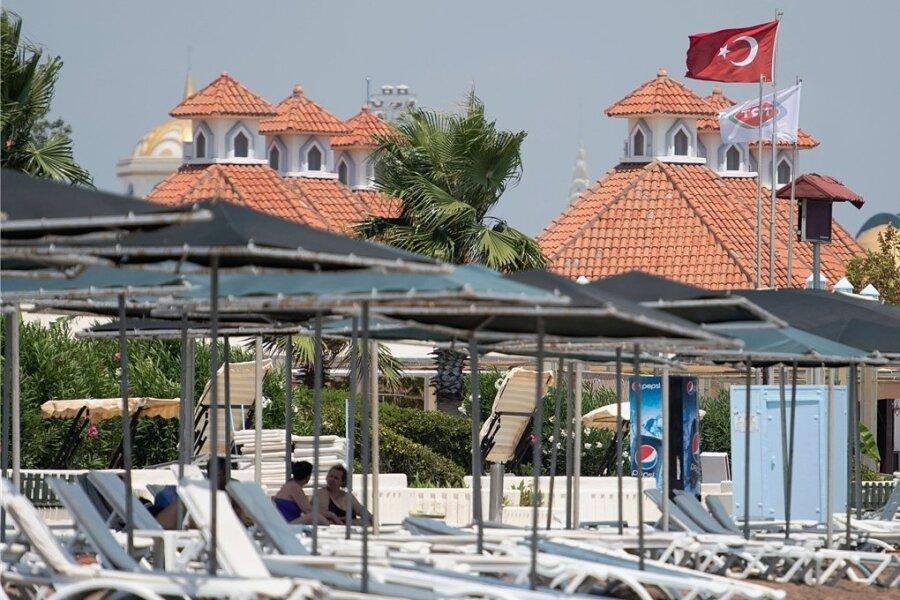 Leere Liegen am Strand bei Antalya in der Türkei. Vielen Urlaubern ist das Corona-Risiko zu hoch.