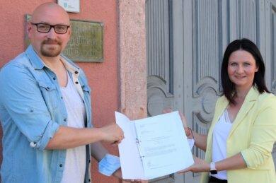 Kenny Wildfeuer hat an die Schönerstädter Landtagsabgeordnete Susan Leithoff einen Offenen Brief übergeben. Darin bitten die Unterzeichner, dass sich die Politik für geöffnete Schulen und Kitas einsetzt.