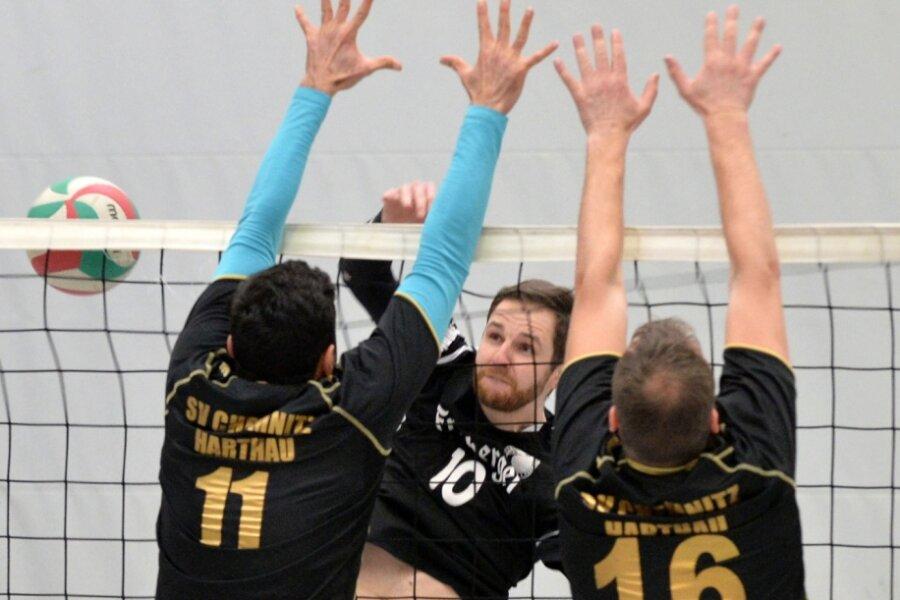 Im Winter haben die Volleyballer des 1. VV Freiberg, hier Adrian Biele im Spiel gegen den SV Chemnitz/Harthau II, zuletzt aufgeschlagen. Nun steht der Saisonstart kurz bevor. Die Freiberger müssen sich allerdings noch etwas länger gedulden.