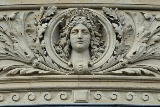 Fotorätsel 1326: An welchem Gebäude schmückt dieser Fries die Fassade?