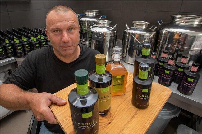 Frank Sommer mit den Spezialitäten aus eigener Produktion: Verschiedene Aronia-Liköre und zwei Sorten vom Aronia-Gin mit besonderem Namen.
