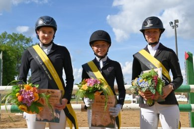Die neuen Vogtlandmeister im Springreiten sind von links Antonia Baumann vom RFV Lengenfeld sowie Lenja Heckel und Sophie Tröger, beide vom PSVAuerbach-Sorga.
