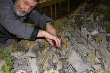 Rainer Nobst, der Vorsitzende der Modellbahnfreunde Neukirchen, bei letzten Vorbereitungen.