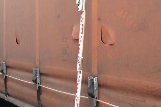 Planenschlitzer schneiden solche Bogenschlitze, um nachzusehen, was ein Laster geladen hat. Erst wenn sie lukrative Ladung entdecken, brechen sie den betreffenden Lkw auf.