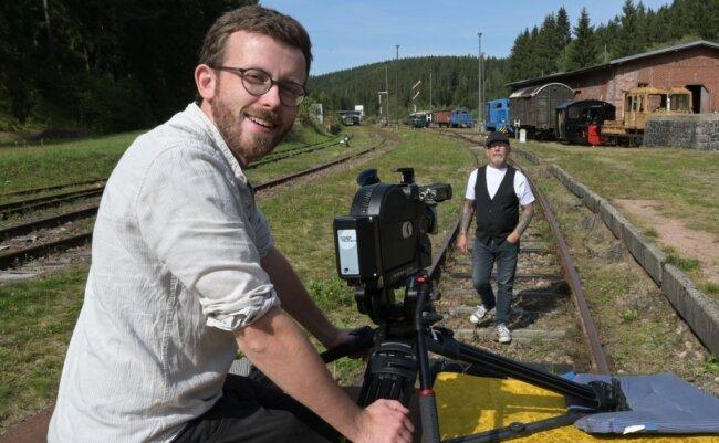 Matthias Ditscherlein, Filmemacher aus Rodewisch, hat Jes Holtsø (rechts) wieder vor die Kamera geholt. Vor der stand der dänische Musiker früher schon - als Børge in Olsenbande-Filmen. Die Dreharbeiten auf dem Bahnhof Schönheide Süd im Ortsteil Wilzschhaus sind für ein Musikvideo.