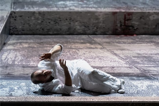 """Als Blinder wird er zum Sehenden: In der von Jewgenij Titow inszenierten Oper """"Œdipe"""" von George Enescu an der Komischen Oper Berlin liefert der Bariton Leigh Melrose in der Figur des Titelhelden eine beeindruckende Darbietung ab."""