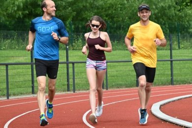 Beim Stundenlauf waren alle Altersklassen vertreten: Hier von links: Marcus Meyer, Leni Liebschner und Mario Meyer.