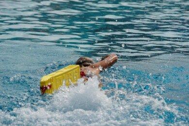 Im Sommerferienlager der DLRG-Rettungsschwimmer trainierte auch Carolin Krenkel mit dem Rescue Tube.