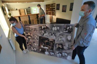 Lisa-Marie Meiner, Tim-Moritz Klatt und Maurice Hausmann (v.l.) sind mit der Einrichtung des sanierten Jugendklubs noch nicht fertig. Hier tragen sie eine Collage mit Fotos von der letzten Party vor dem Umbau.
