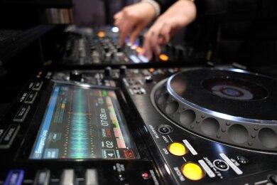 Ein DJ legt auf (Symbolbild).