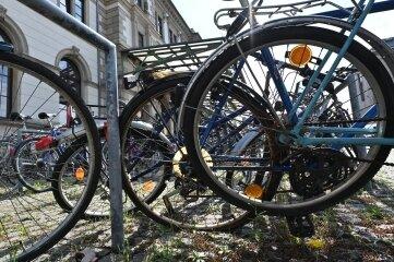 """Rund 100 Stellplätze für Fahrräder gibt es auf dem Bahnhofsvorplatz. Einige sind dauerhaft belegt - von """"Fahrradleichen""""."""