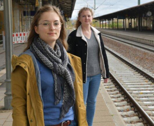 """Wer nutzt die Bahn in Zeiten der Pandemie? Die """"Freie Presse""""-Redakteurinnen Carolin Lange (l.) und Eva-Maria Gey sind Berufspendlerinnen. In ihrer Kolumne stellen sie die Mitfahrenden auf der Fahrt zwischen Dresden und Chemnitz vor."""