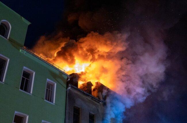 Das Feuer drohte auf ein angrenzendes Gebäude überzugreifen. Die Feuerwehr konnte das verhindern, Anwohner des Nachbargebäudes brachten sich rechtzeitig in Sicherheit.