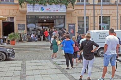 Obwohl es nichts umsonst gab, nahmen viele Zwickauer am Montag eine Wartezeit in Kauf, um ins Rathaus zu gelangen.