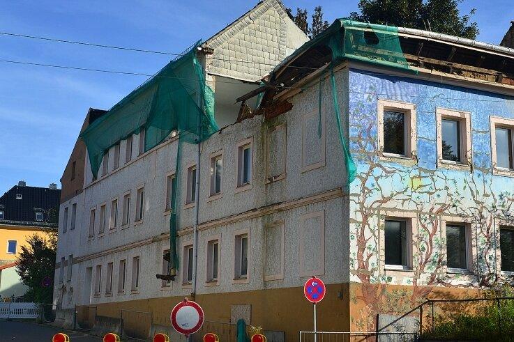 Bei diesem seit Jahren leerstehenden Haus Scheffelstraße 1 in Frankenberg ist jetzt das Dach eingestürzt. Niemand wurde geschädigt. Aber die Ruinen des ganzen Quartiers an der August-Bebel-Straße sind seit Jahren ein Ärgernis für die Anwohner.