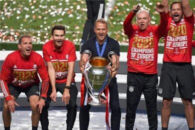 Bayern-Trainer Hans Dieter Flick stemmt den Pott. Sein Team mit Fitnessexperte Holger Broich, den Co-Trainern Danny Röhl und Hermann Gerland sowie Torwarttrainer Toni Tapalovic (von links) jubelt mit ihm.