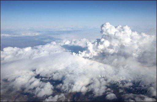 In der Luftfahrt sind Vulkanausbrüche gefürchtet. Die feine Asche kann den Triebwerken schaden, die High-Tech-Sonden der modernen Bordelektronik verstopfen und die Frontscheibe eines Flugzeuges so zerkratzen, dass die Piloten keine Sicht mehr haben.