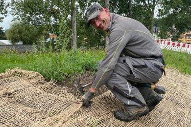 Mario Lukas von der Firma City Forest bei Arbeiten zum Hochwasserschutz.