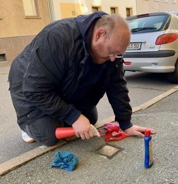 Der Plauener Kai Grünler hat am Wochenende die Stolpersteine in der Stadt aufpoliert.