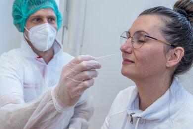 Apotheker Robert Herold (links) testet auch sein Team regelmäßig, hier Mitarbeiterin Sylvie Schedewy.
