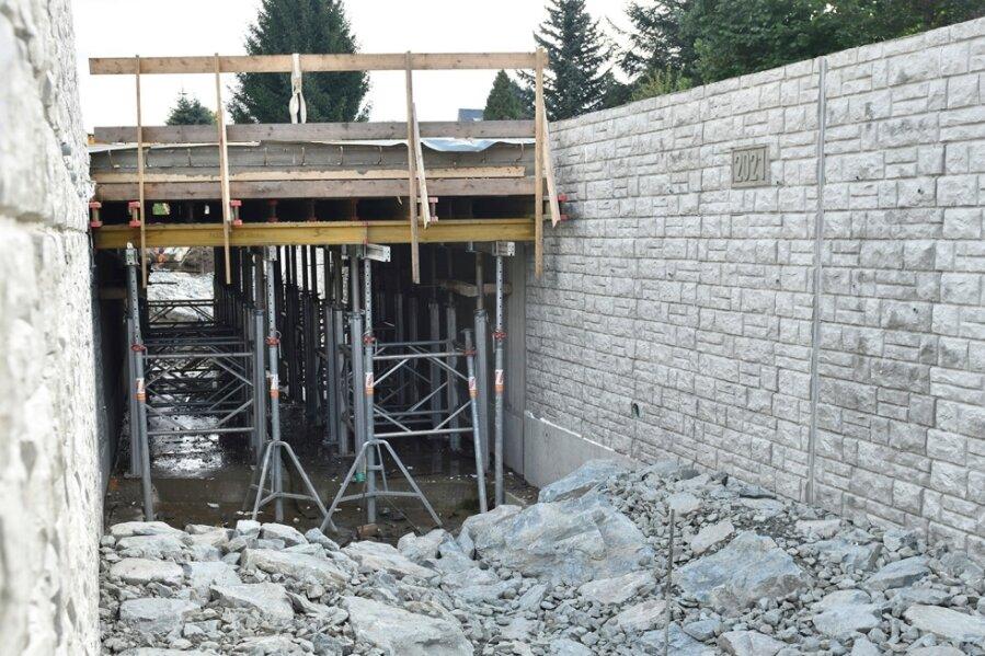 In dieses Bett wird der Schwarzbach Mitte Oktober zurückkehren. Der Brückenbau dauert länger.