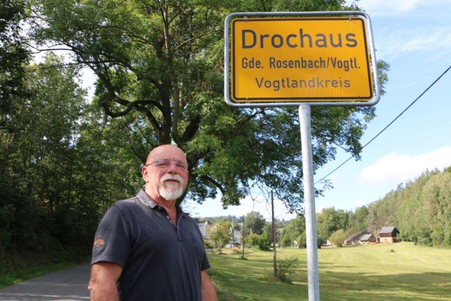 Freiberufler Peter Hahn am Ortsschild von Drochaus. Genau hier soll Schluss sein mit dem Breitbandausbau. Anderswo in seiner Gemeinde werden aber auch über das Ortsschild hinaus Kabel gezogen.