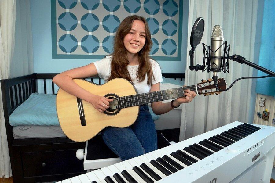 Musikerin Leonie Grimm, alias Loni Lila, in ihrem Treuener Tonstudio.
