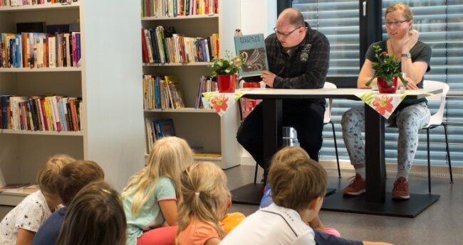 Jan Görner und Heidi Kärmer lesen Hortkindern vor.