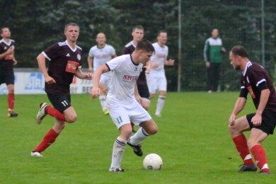Mit vier Treffern sorgte David Landmesser (am Ball) für die Wende im Vogtlandpokalspiel gegen Ligakonkurrent Erlbach. Nach 0:2-Rückstand gewannen die Schreiersgrüner durch sieben Tore in der zweiten Halbzeit mit 8:2 und stehen nun im Achtelfinale.