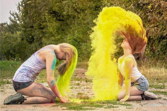 """""""Zwei Mädchen bringen Farbe ins Leben"""", schreibt Maik Rolle aus Marienberg, dem es beim Fotowettbewerb regelmäßig gelingt, Bilder mit dem gewissen Etwas einzureichen. Er punktet hier mit seiner Kombination aus Farbigkeit und Dynamik."""